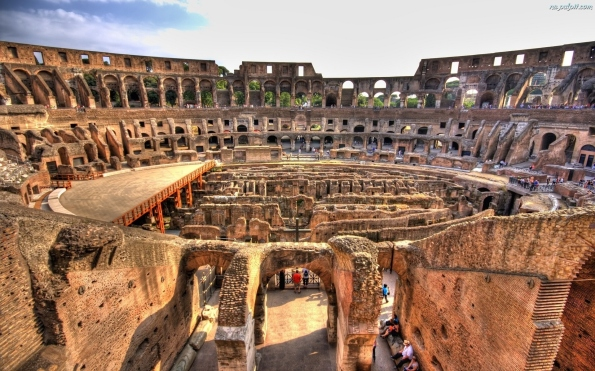 koloseum-zwiedzajacy-ruiny
