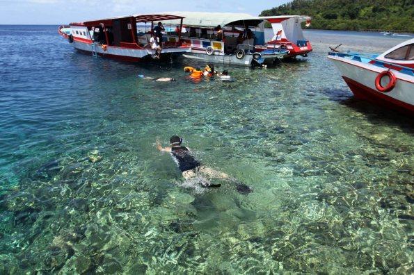 """Sejumlah wisatawan domestik melakukan """"snorkeling"""" di Taman Nasional Laut Bunaken, Manado, Sulawesi Utara, Senin (15/3)."""